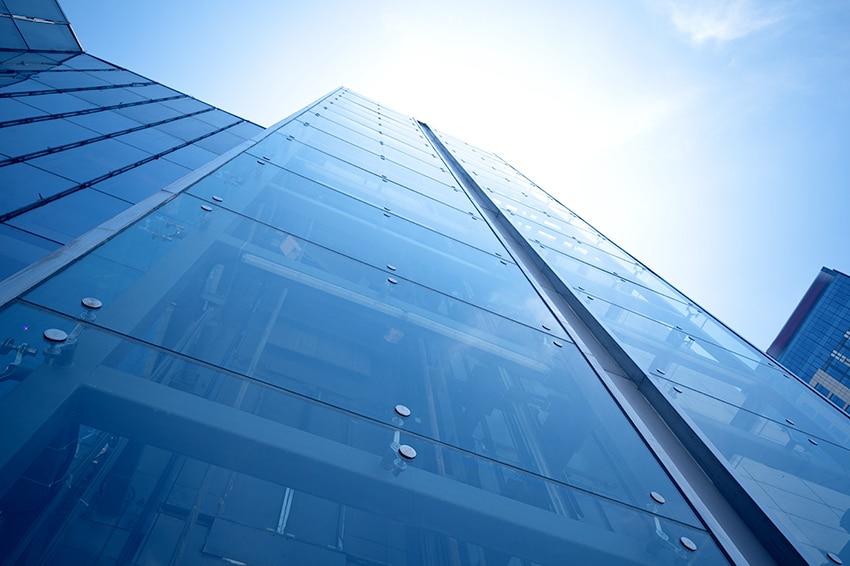 A praticidade e a tecnologia do vidros autolimpantes